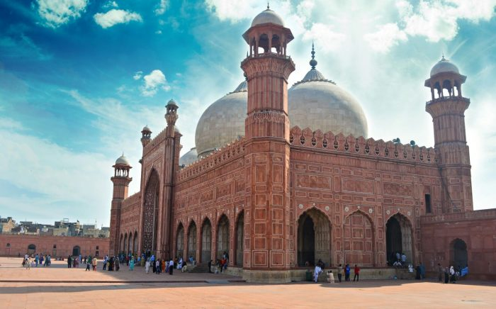Badshahi Mosque places to visit in Pakistan
